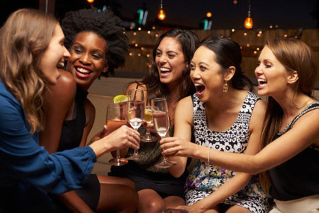 Groupe de copines s'amusant pendant un atelier à domicile
