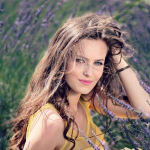 Femme souriante dans un champs de lavande