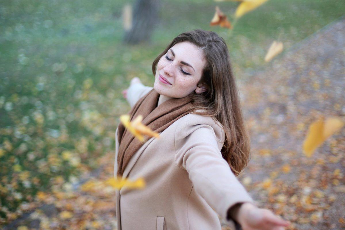 Femme qui danse dans le vent